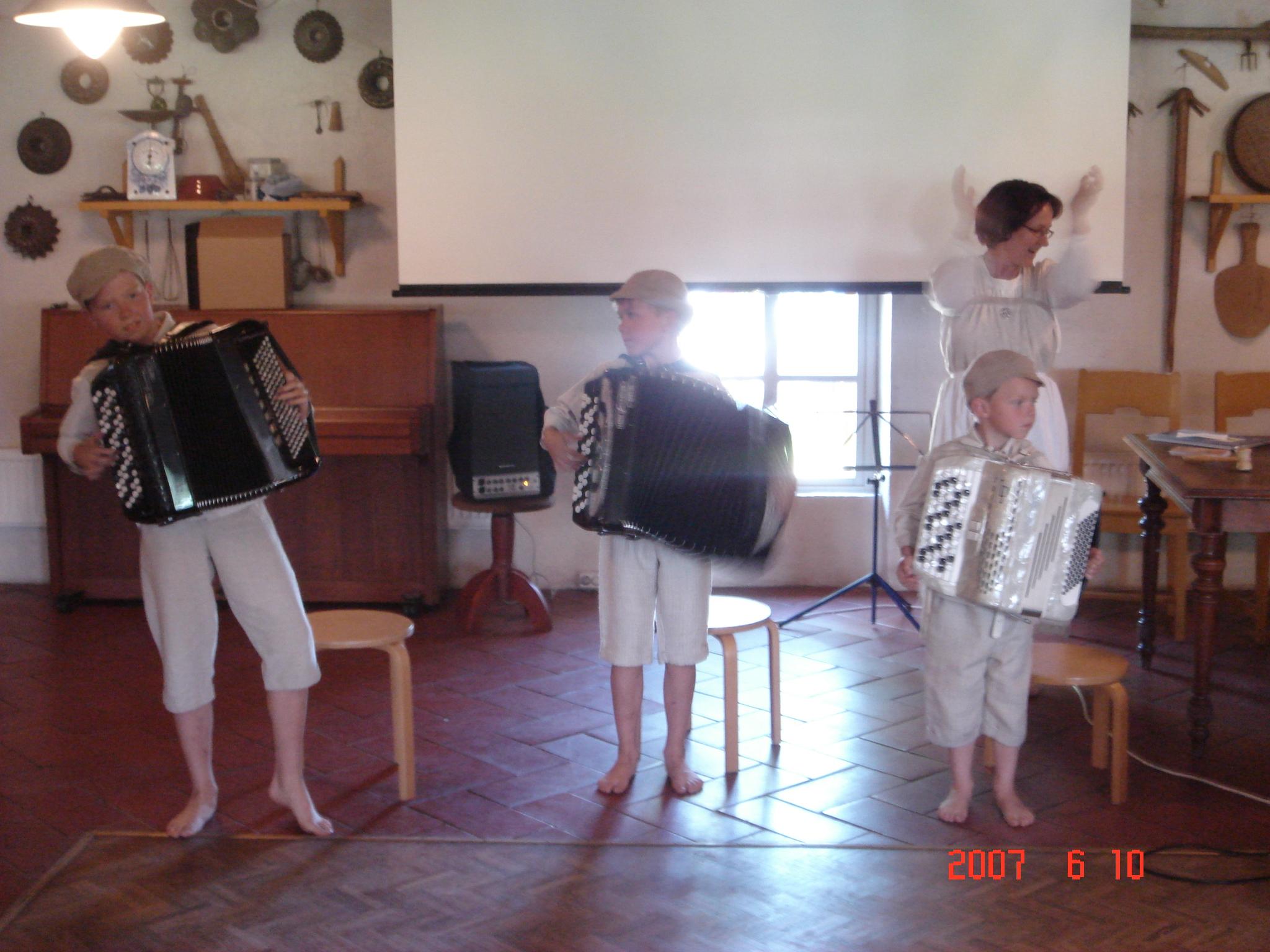 Hermanni, Eemeli ja Viljami Morander huvittivat yleisöä musisoinnillaan.