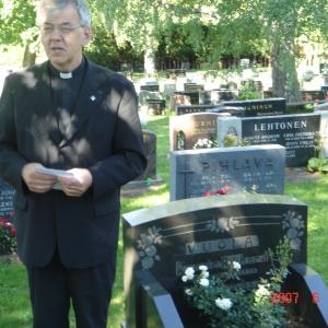 Pastori Esko Laine puhui Kaarle ja Alma Vuolan haudalla